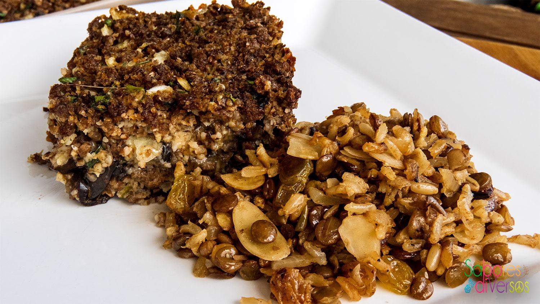 Quibe de soja e berinjela, com arroz de lentilha, passas e amêndoas.